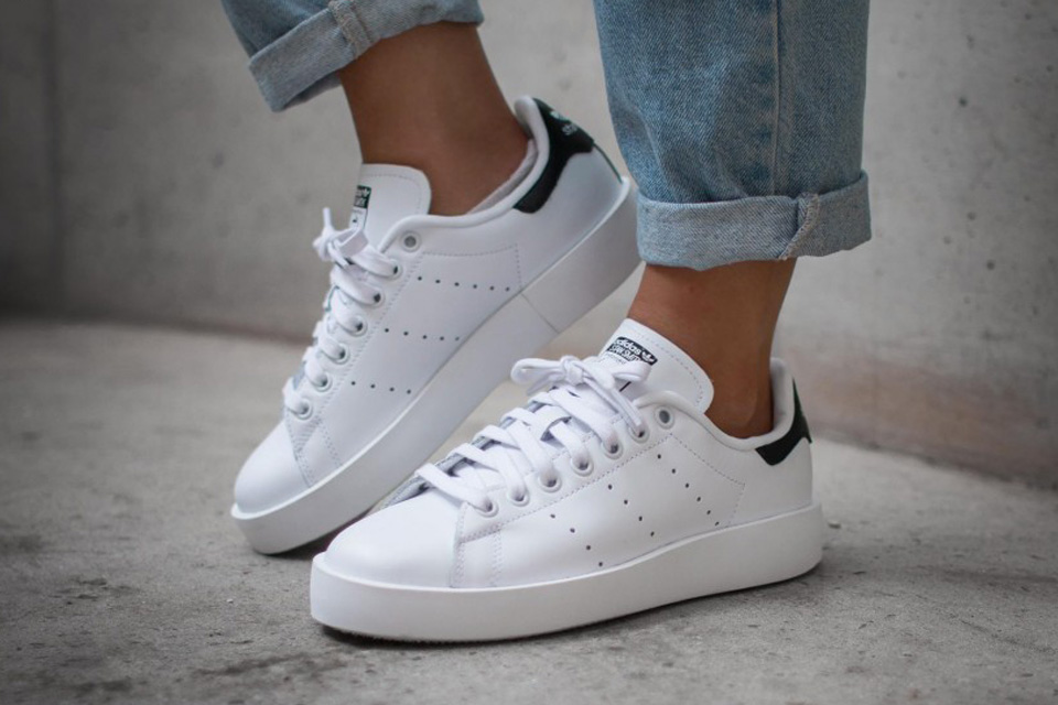 platform soles make an appearance on the adidas originals stan smith LCZURYJ