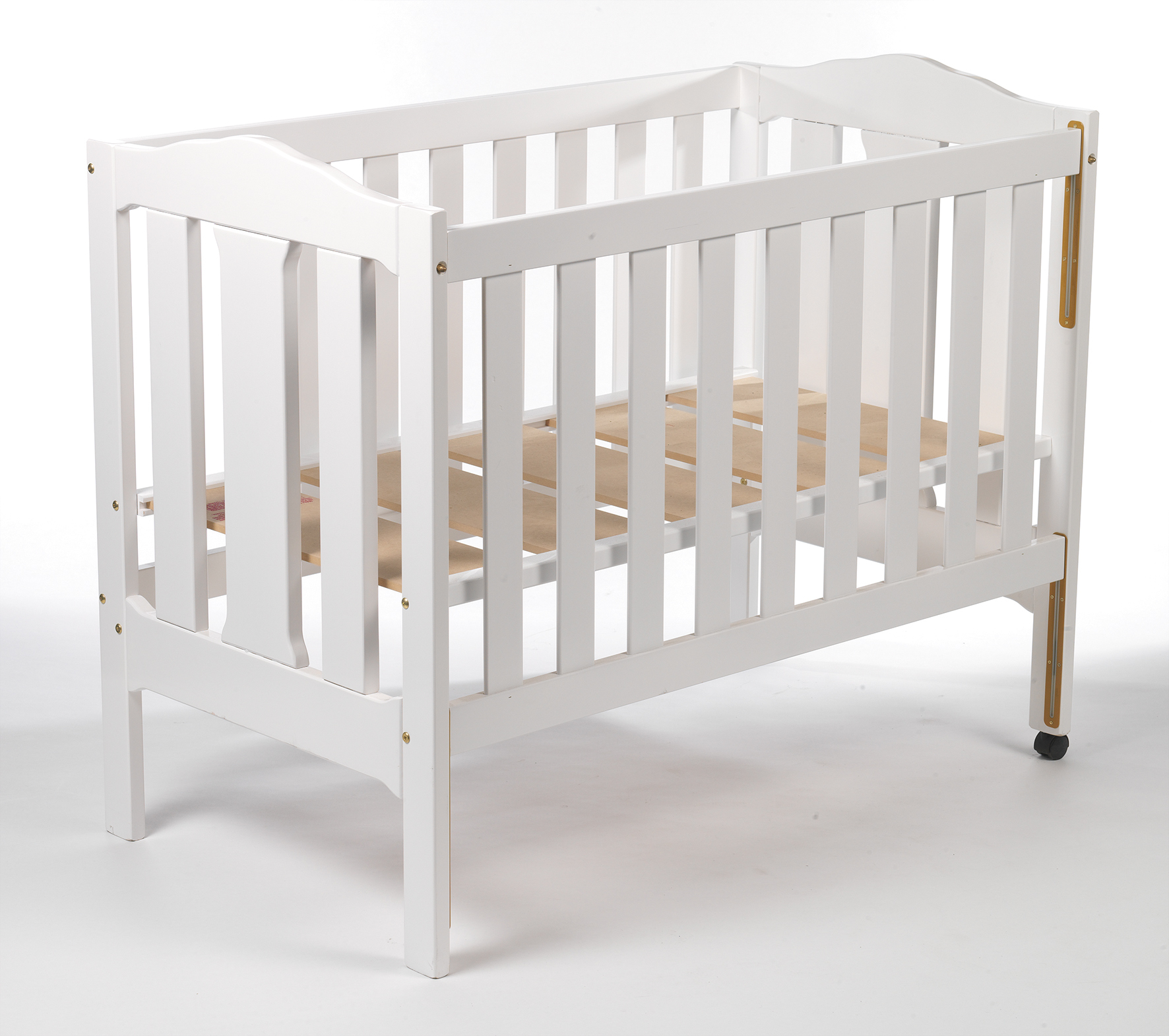 Safe sleeping place for small children: Cribs with side protection