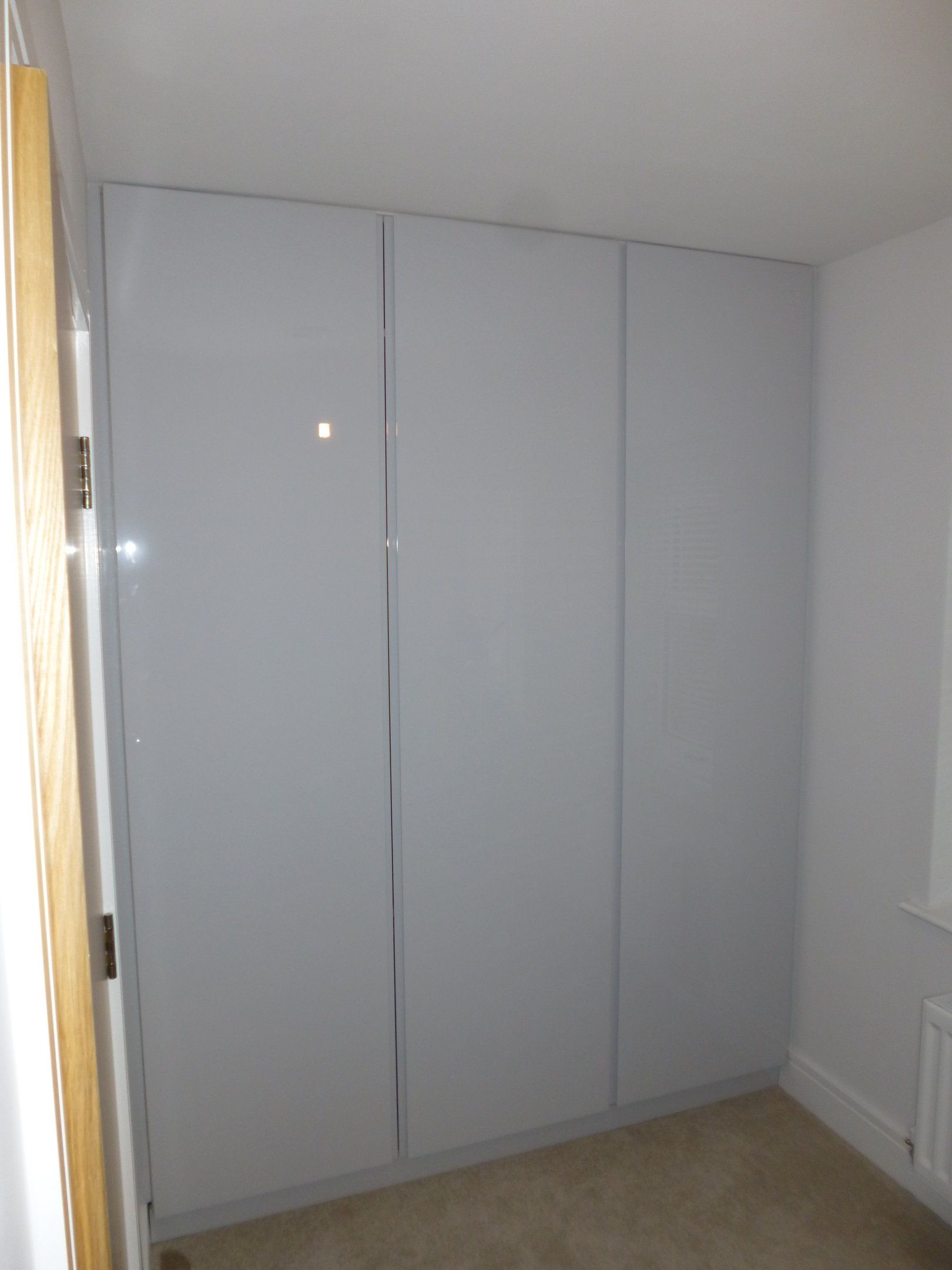 Hinged-door wardrobes pine painted white handle less hinged doors wardrobe made from spray painted high gloss mdf AZXJKXJ
