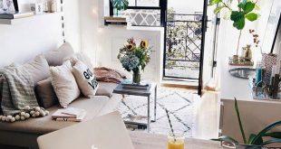 Bild könnte enthalten: Personen, die sitzen, Tisch, Wohnzimmer und  Innenbereich