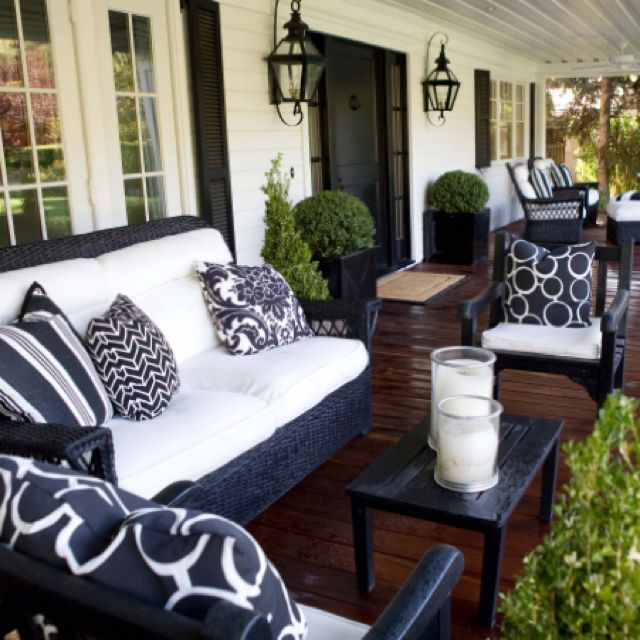 Great porchperfect for black and white house. I would love this with  browns, reds and whites since my porch door is green
