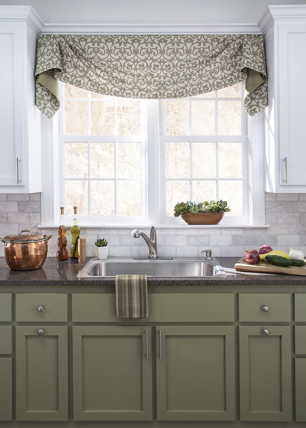 Flowing fabrics and coordinating colors are a win in this gorgeous #trendy  kitchen.
