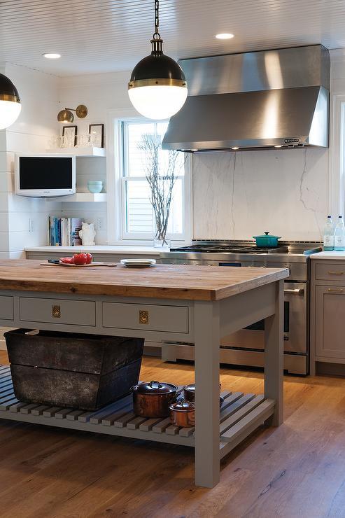 Kitchen with freestanding kitchen block gray kitchen island with unlacquered brass recessed hardware TLWDPAB
