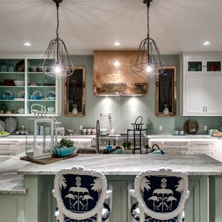 Mint Green kitchen beach style eat-in kitchen appliance - example of a coastal l-shaped light YHDGUWU