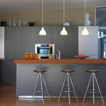 Modern kitchen with bar: ideas for a bar counter made of wood, stone and concrete