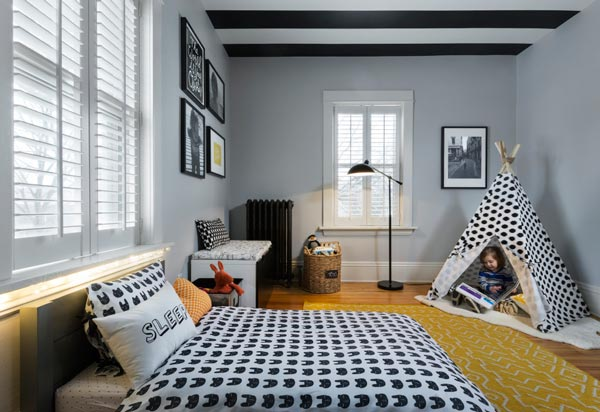 The black and white patterned bedspread and black and white teepee give  this toddler boys bedroom a modern feel.
