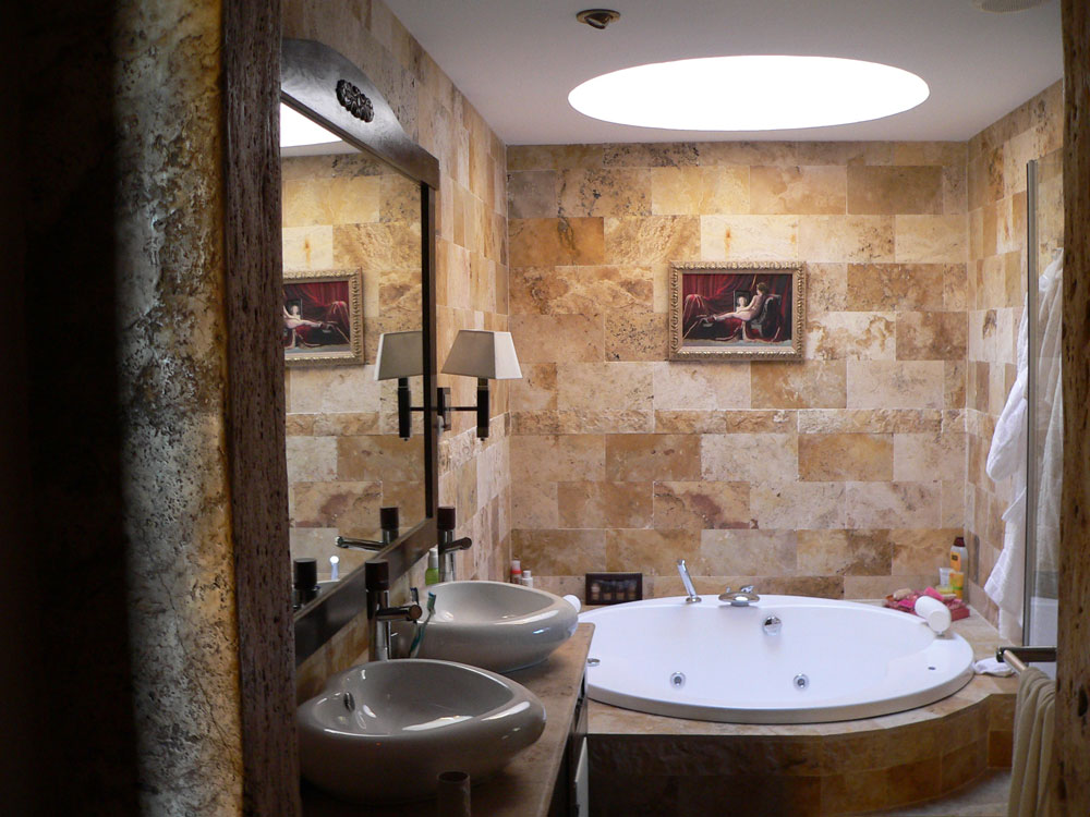 Bathroom with skylights that will make you rethink your designs.  8 bathrooms with skylights that will make you rethink your design
