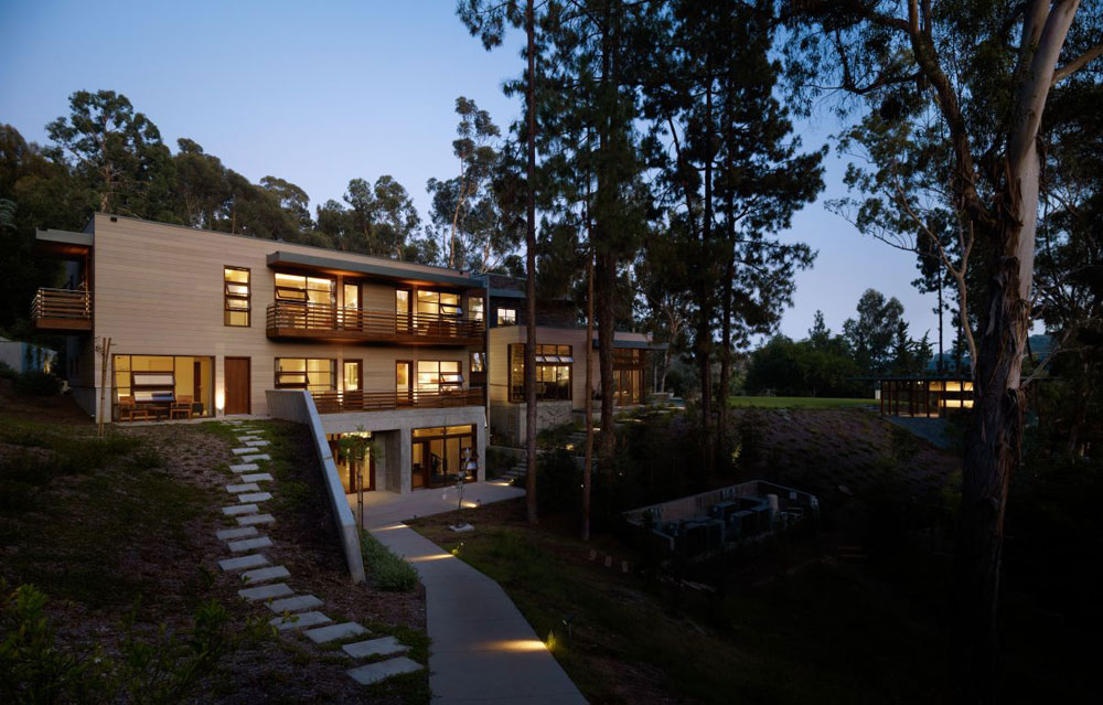 Luxurious home surrounded by trees that complement its elegant furniture.  19 Luxurious home surrounded by trees that complement its elegant furniture