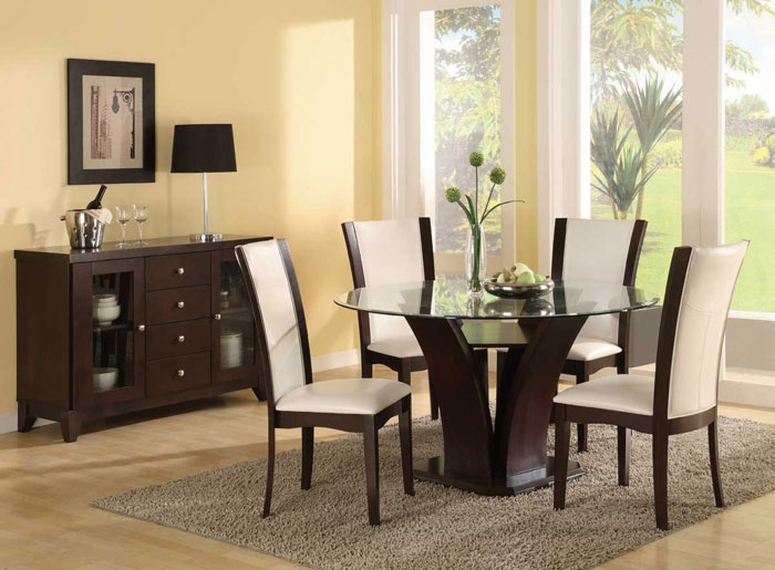 67958664559 Dining tables made of glass give your interior a contemporary touch