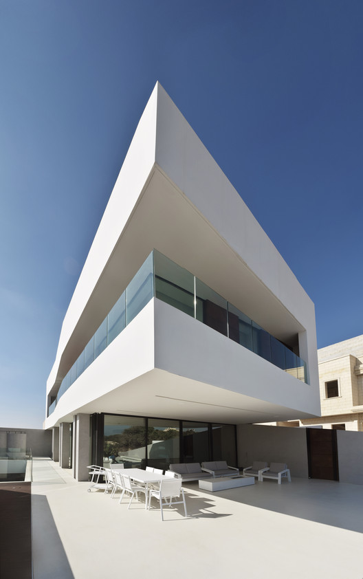 A house designed by Arquitetos Associados that challenges people's perception
