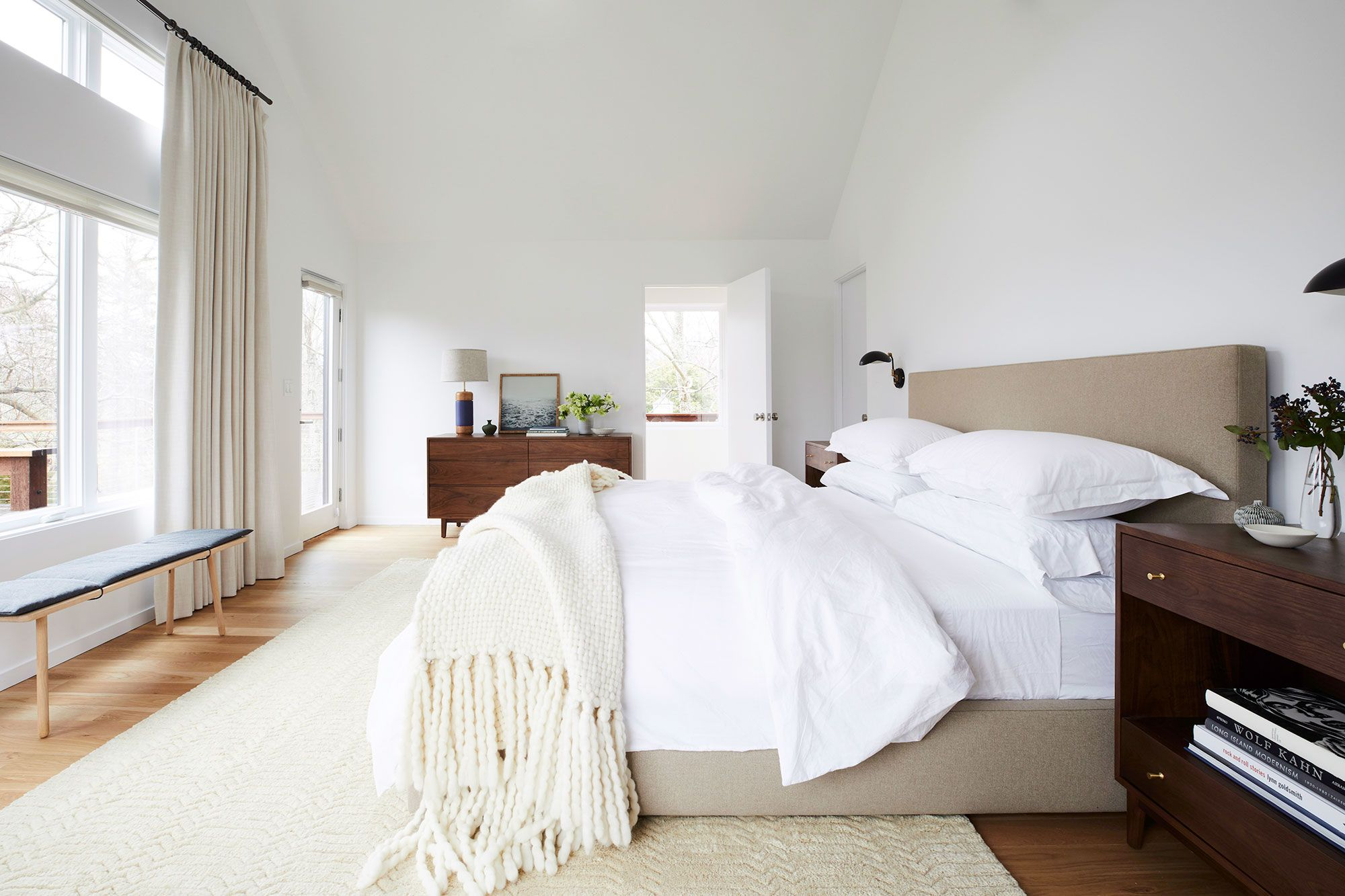 Bed accessories that you should have for a master bedroom
