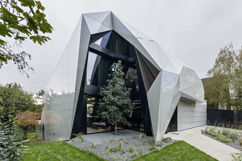 House with a very angular appearance and square windows