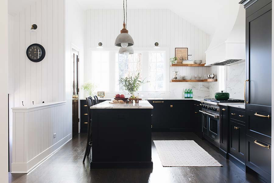 Kitchens with black cabinets – pictures and ideas