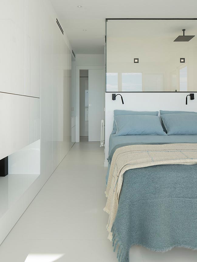 Minimalist apartment with lots of bookshelves designed by Susanna Cots in Barcelona