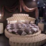Decorating a bedroom around round beds